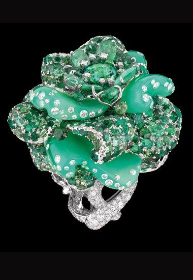 Anillo Dior Joaillerie:  Bal d'Autrefois - Alta Joyería Dior  - Anillo Bal d'Autrefois en oro blanco, diamantes, esmeraldas, turmalinas verdes, granates, tsavoritas y turmalinas Paraïba.