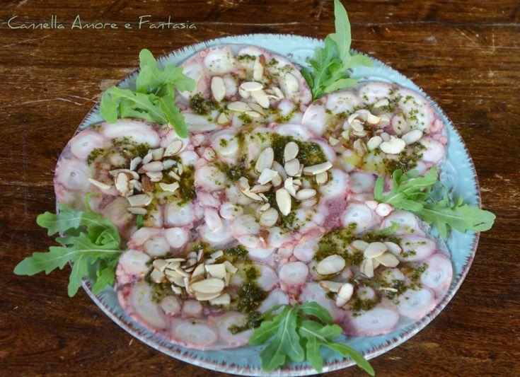 Il carpaccio di polpo al pesto e mandorle è un piatto fresco e anche estivo che vi conquisterà per il profumo intenso del basilico e la croccantezza delle mandorle