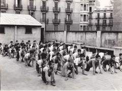 Clase de gimnasia en el colegio San Pedro Apostol, C. Alta de San Pedro 25 (Barcelona). Curso 1944--45