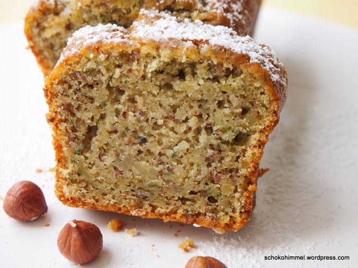 """Nach all der Schokolade (Eis! Cheesecake!) wird es heute mal wieder unschokoladig """"gesund"""". Aber keine Angst: Auch ohne meine Lieblingszutat ist dieser Kuchen sehr lecker und saftig. Drin sind Zucchini (die ich unter der Woche auch ständig als Abendessen-Zutat nutze) und Nüsse (die sich jeden Morgen in meinem Müsli befinden). Warum nicht also beides in … … Weiterlesen →"""