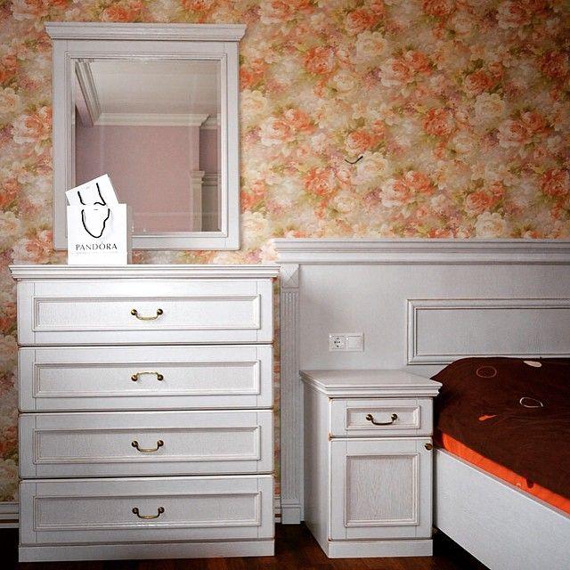 Мебельное ателье FEELWOODS.  Гарнитур в спальню: комод, зеркало, кровать и прикроватные тумбы, все изделия выполнены из дуба, ручная резьба по дереву