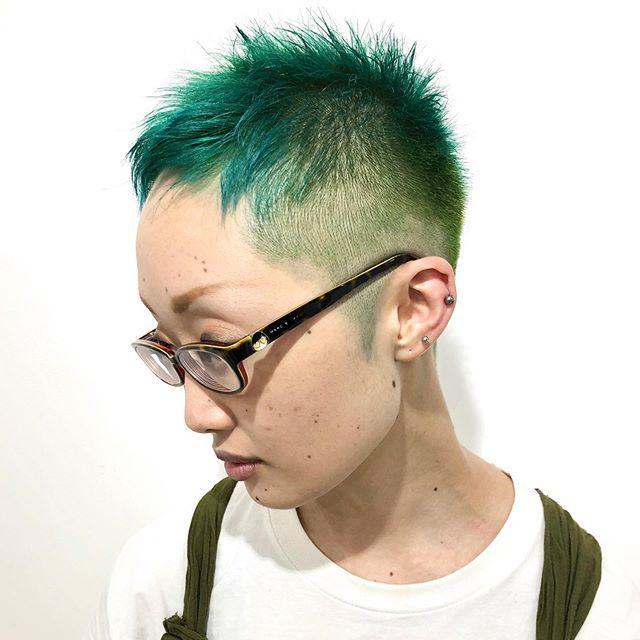 おだかはinstagramを利用しています 夏のベリーショートとミドリ シンプルtシャツにも映える バシッとカラーは最高に可愛いです ベリーショート 刈り上げ ツーブロック 刈り上げ女子 ベリーショート女子 ブリーチ ブリーチカラー 派手髪 緑髪