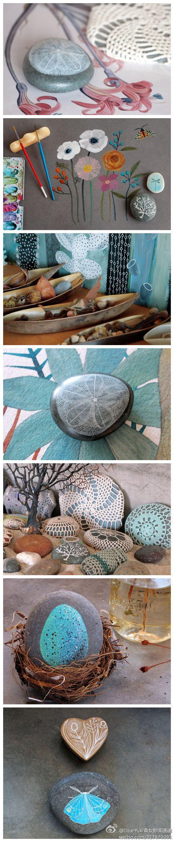 A l'origine des pierres éparpillées sur la plage, belle couleur, ni forme particulière, peinte à la main ...