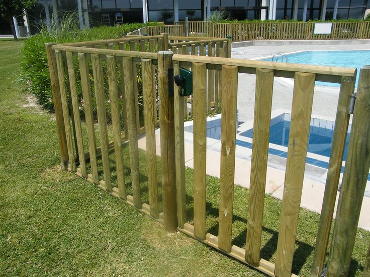 Barri re conforme pour la piscine priv e ou collective for Barriere de jardin en bois