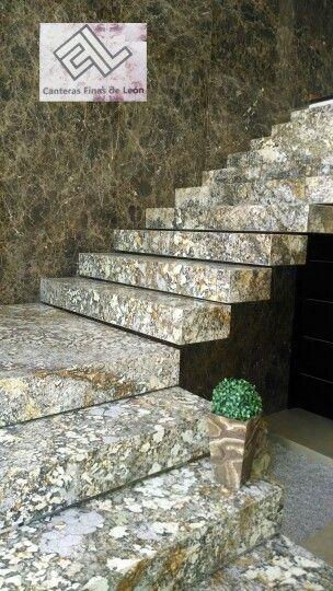 Escalera en granito y muro en marmol marmol y granito for Escaleras de marmol y granito