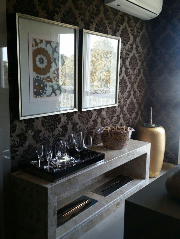 Aparador em mármore lareira etanol, papel de parede Versáteis e muito glamour! #design #interiores #decoracao #studiomorassutti #moderno #living #ambientes #arquitetura #designinteriores #lareiraecologica
