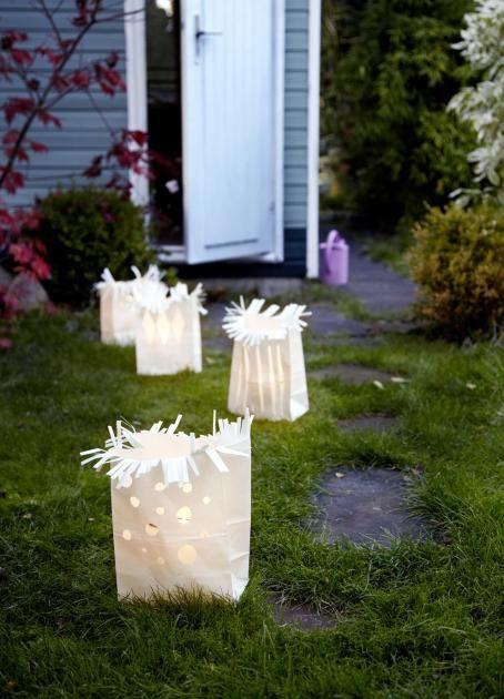 Schummriges Licht sorgt für Gruselstimmung. Die selbst gemachten Lichttüten weisen am dunklen Abend den Weg zur Halloween-Party.In schlichte Bodenbeutel...