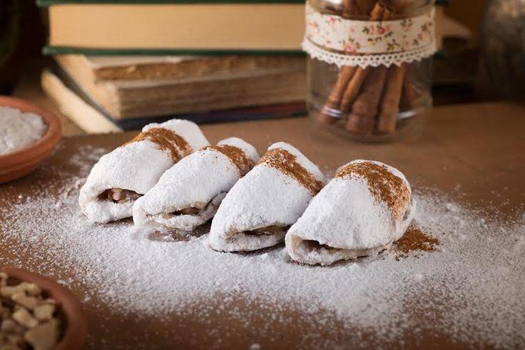 Σκαλτσούνι: Πιτάκι αμυγδάλου από χαρμάνι μαύρου και λευκού αμύγδαλου με γέμιση μαρμελάδα βερύκοκο, καρύδι και άρωμα κανέλας.
