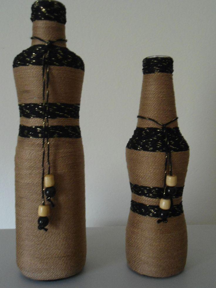 kit de Garrafa grande e pequena de vidro coberta com fio de linha . <br>nas cores Beje e preto com detalhes dourados