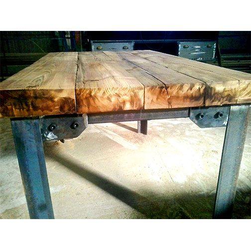 Mesa de estilo industrial con sobre de madera maciza y patas de hierro estructural