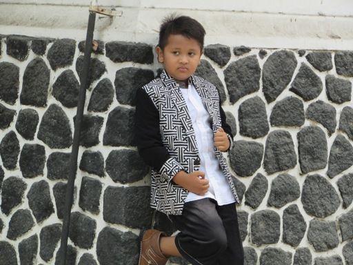 Model baju fashion show untuk anak cowok dengan desain jas keren ala korea menggunakan bahan batik cap