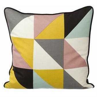 Gi sofaen eller soverommet ditt en ansiktsløftning med den pene puten Remix fra Ferm Living. Velg mellom en blå og en gul utgave, eller kombiner dem og få et perfekt sett som vekker oppmerksomhet. Putene er i silke med dunfyll.