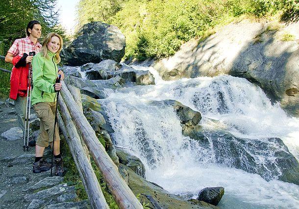 In Tirol wandert man gerne am Wasser entlang. Zahlreiche Gebirgsbäche und Wasserfälle laden mit türkisblauem Wasser, natürlichen Felsbrücken,...