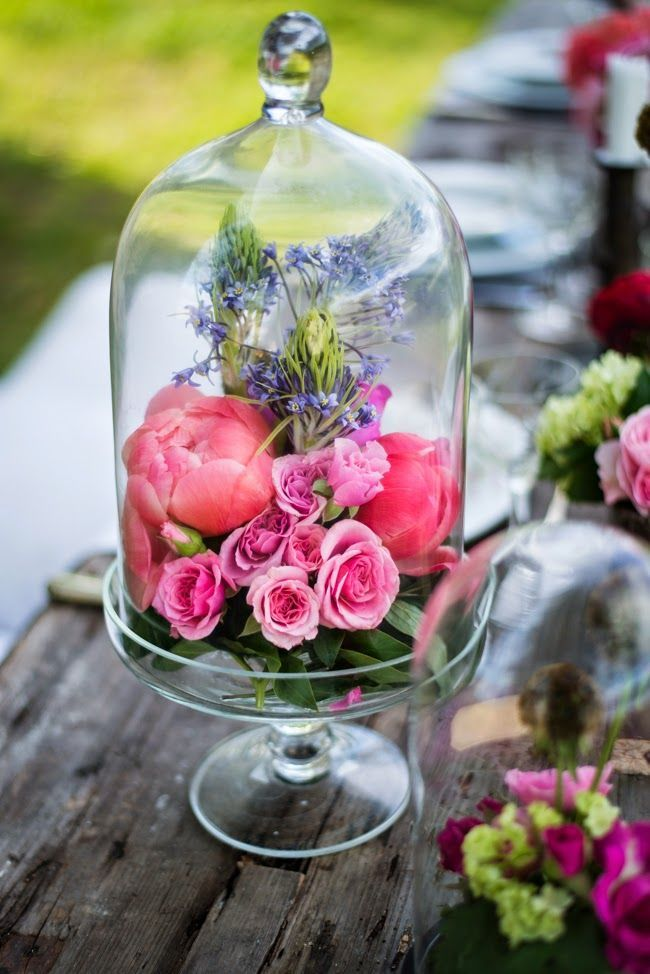 Pour sublimer vos fleurs, récupérez des bonbonnières chez vos parents, vos amis, vos grands-parents peut-être, et installez joliment vos fleurs sous la cloche.