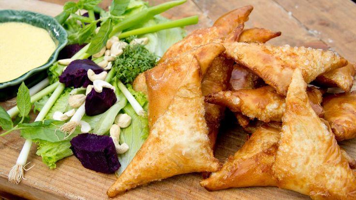 Frityrstekte trekanter av filodeig er fylt med søtpotet, torsk og erter. Tareq Taylors samosa serveres med salat og yoghurtsaus.