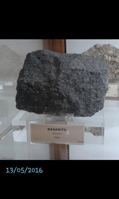 BASANITA  -Clasificación: roca ígnea volcánica -Minerale que contiene: olivino, feldespatoides, plagioclasa, titanoaugita -Textura: fina