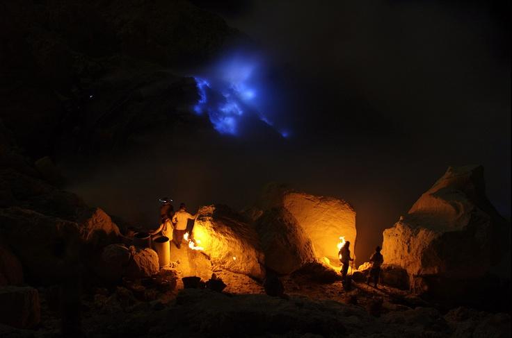 Dinihari di Kawah Ijen ada si Api Biru