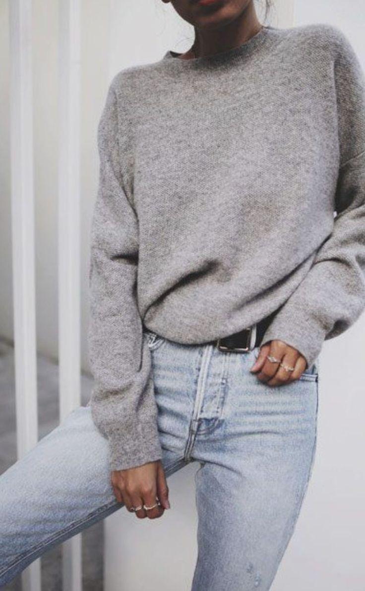 Grauer Pullover mit Blue Jeans.