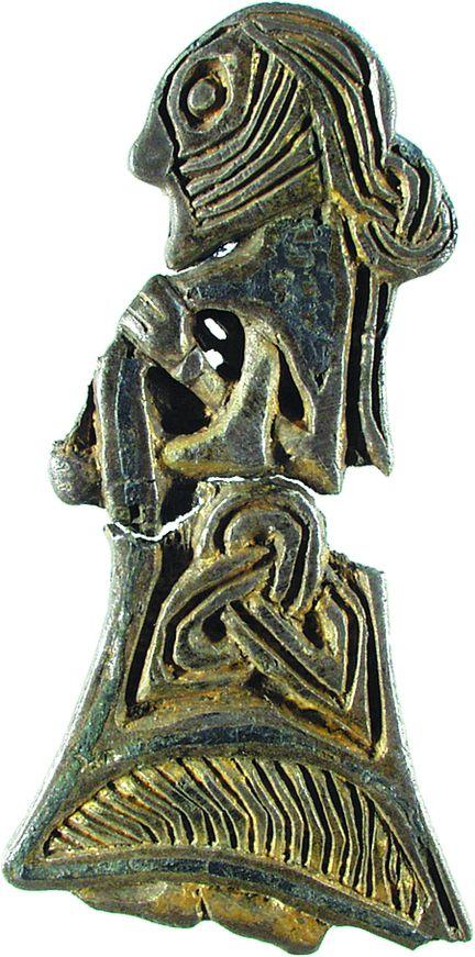 Figur af en kvinde med opsat hår. Også kvindernes hår var velfriseret. Det var oftest langt og kunne være smukt sat op. Det kan vi se af små figurer i sølv og bronze.