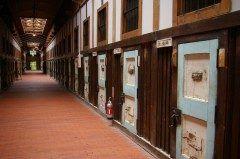 北海道網走市字呼人にある博物館 網走監獄  網走といえば日本最北の刑務所網走刑務所が有名ですね  網走には日本一脱獄が難しいと言われた網走刑務所当時の囚人の生活の様子をリアルに再現した博物館網走監獄があります 実際に刑務所として使われていた旧建物をそのまま博物館として保存公開しておりリアルすぎる蝋人形が受刑者を再現しています  人気は監獄食の体験 現在の網走刑務所で出されている本物の監獄ごはんを味わうことができます 見学は楽しいけれど絶対に受刑者としては入りたくない場所です  tags[北海道]