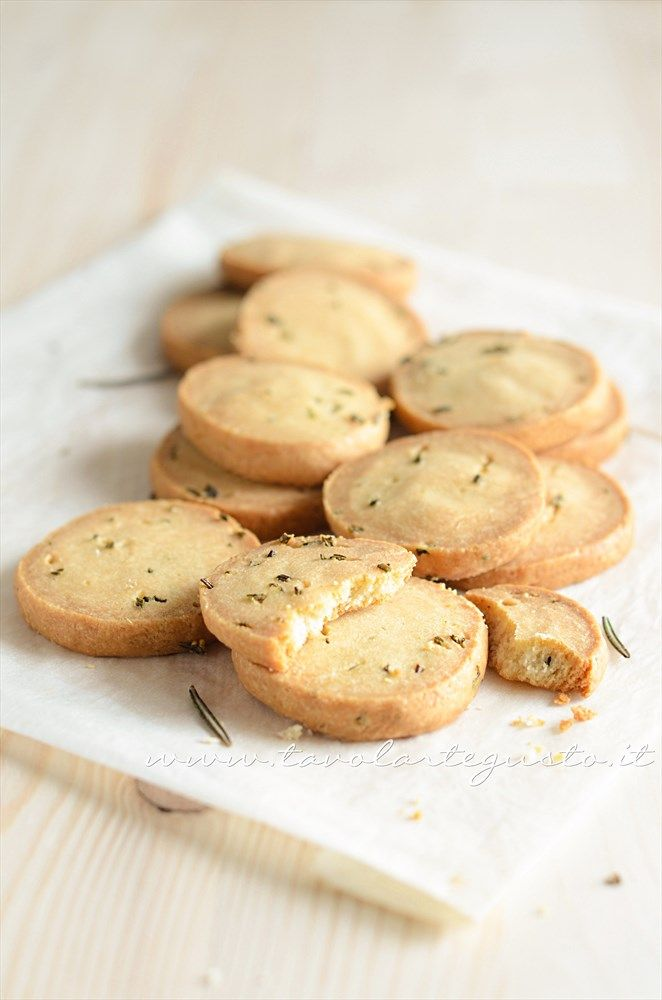 Biscotti salati al rosmarino: http://www.tavolartegusto.it/2013/05/29/biscotti-salati-al-rosmarino/