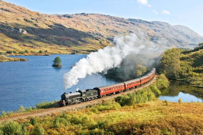 THE JACOBITER STEAM TRAIN: Det skotske højland byder på en enestående natur både i bil, på hesteryg eller til fods. Vil du opleve den storslåede natur i nordvest Skotland på en anden måde, er det en god ide at tage en tur med damptoget. #HarryPotter #ferie #rejser #Skotland