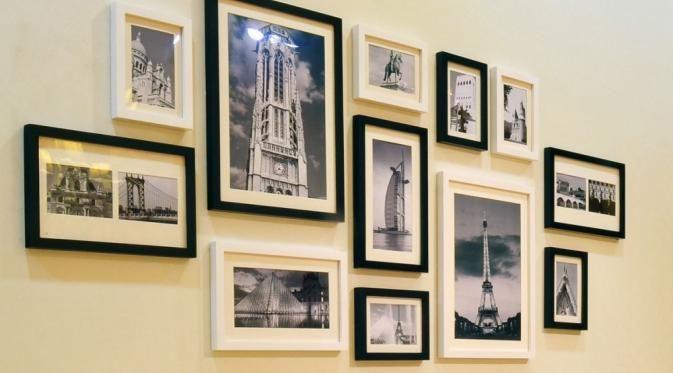 Ramaikan dinding rumahmu dengan foto-foto keluarga.