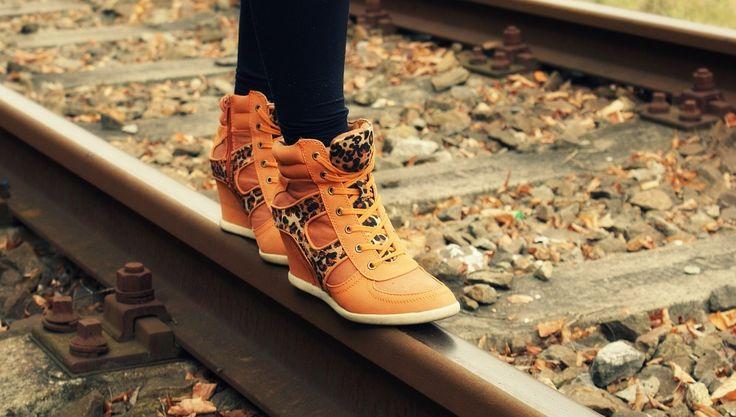Powoli odkładamy do szafy sandały, klapki i japonki, a w sklepach szukamy modnych butów na jesień. Gdzie kupić klasyczne botki albo mokasyny? 👢👢 Zapraszamy do naszego sklepu na zakupy! 👛👛 Tylko w jednym miejscu szeroki asortyment, najnowsze trendy i modele w super cenach 🔝🔝🔝✂✂