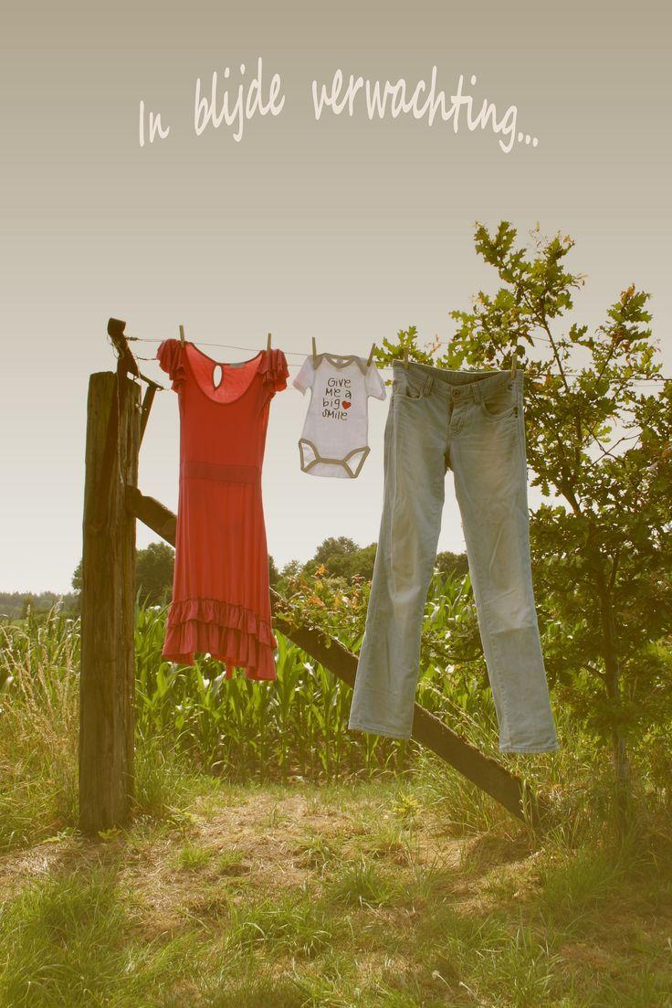 In blijde verwachting; Foto van jullie kledingstukken met een rompertje er tussenin. Leuke manier om je zwangerschap bekend te maken. Kan als kaartje verstuurd worden of als foto afgedrukt op een taart...