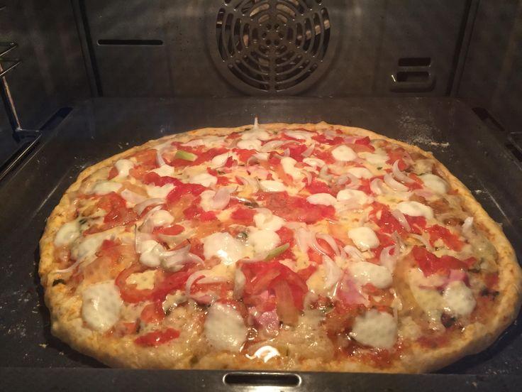 Довольно долго я пыталась добиться идеального теста для пиццы, чтобы оно получалось тонкое и хрустящее, как в настоящей итальянской пиццерии. И вот, наконец-то, как мне кажется, я нашла нужный рецепт. Тесто делается довольно просто, не стоит пугаться наличия в ингредиентах дрожжей, т.к. это безопарное дрожжевое тесто, и здесь довольно сложно сделать что-то неправильно, все ингредиенты просто смешиваются.