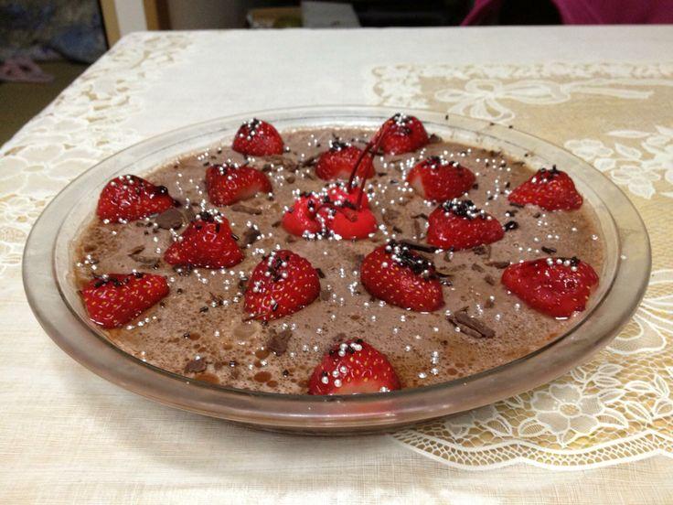 Musse de chocolate com morangos e cerejas...