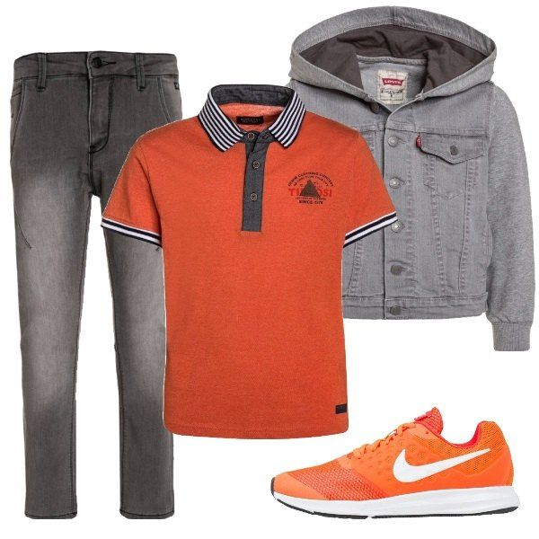 Outfit composto da polo arancione con colletto e bordo delle maniche a righe, jeans grigi, giubbotto di jeans con cappuccio, sneakers arancioni con particolari bianchi.