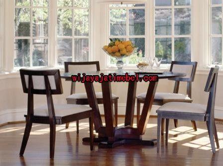 Set Kursi Makan Jok Sandaran Kotak ini mempunyai ukuran standar asli meja makan bulat. Dan meja makan ini juga mempunyai desain bulat atau bundar maka terlihat cantik dan mewah