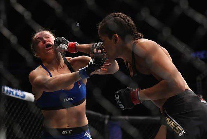 Sem tomar um golpe sequer, a brasileira manteve o cinturão da categoria