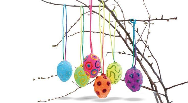 Her kan børnene lave farverige og festlige påskeæg med enkel teknik. Ægget får en velouragtig overflade med glimmerpudder i klare farver og flotte mønstre med effektliner. Her stimuleres børnenes finmotorik, farvesans og kreative tankegang.
