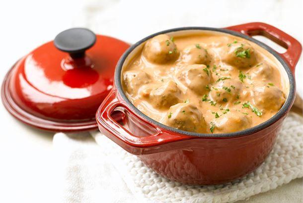 Tomaatti-sipulikastike lihapullille valmistuu maustetusta ruokakermasta. Helppoa ja hyvää arkiruokaa! http://www.valio.fi/reseptit/tomaatti-sipulikastike-lihapullille/ #resepti #ruoka