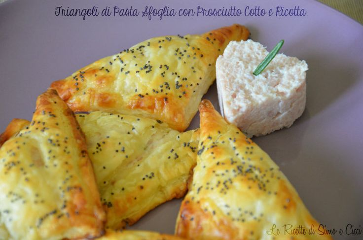 I Triangoli di Pasta Sfoglia ripieni con Prosciutto Cotto e Ricotta sono piccoli finger food da mangiare in un sol boccone! Sono semplicissimi da realizzar