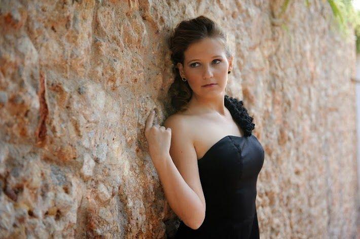 Vestido de noche negro con flores de gasa en el hombro diseñado por Antia Ferreiro. Vestido exclusivo hecho a mano.