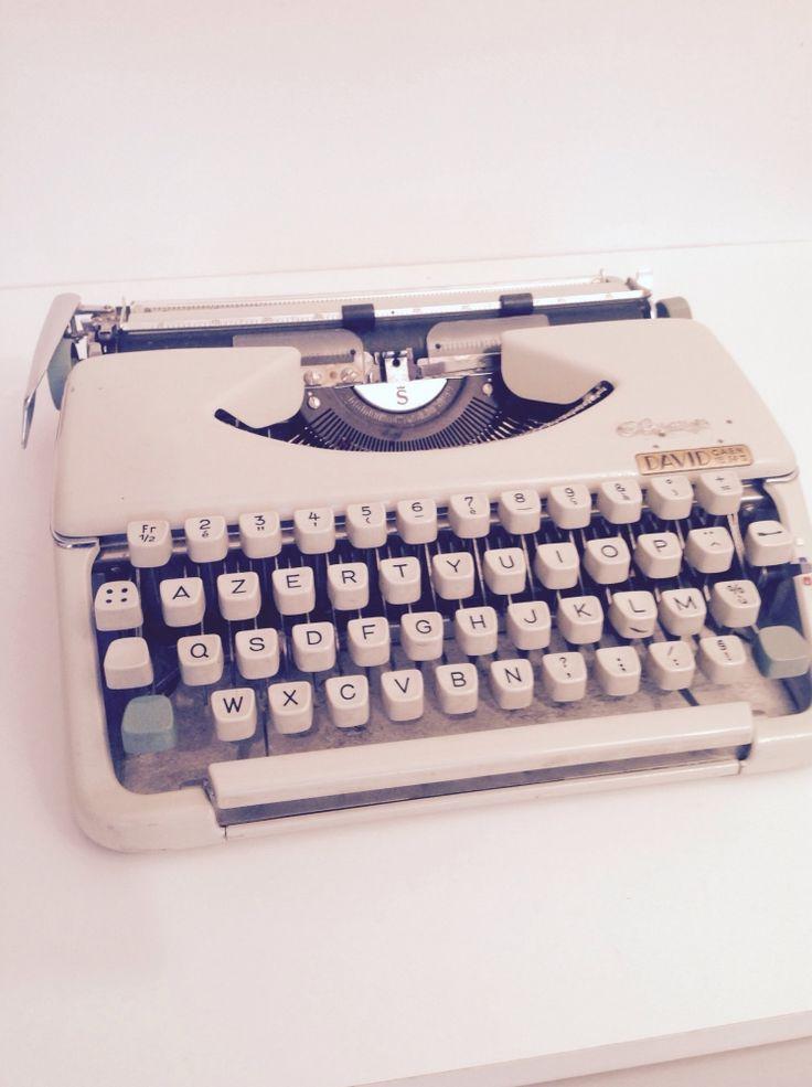 Machine à écrire Olympia avec sa malette vintage