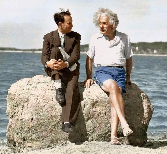 Questa foto, scattata in bianco e nero e recentemente resa a colori, è del settembre 1939. Einstein e l'amico David Rothman si rilassano sulla spiaggia vicino alla casa estiva di Long Island.