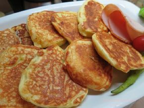 Αφράτες και ελαφριές τηγανίτες γιαουρτιού,ζεστές ή κρύες όπως και να τις φας είναι φανταστικές!!! Στο πρωινό με τυριά, με μέλι, με μαρμελάδα, όπως και να φαγωθούν… τρώγονται επίσης φτιάχνοντας σαντουιτσάκια με αλλαντικά! Υλικά: 1 ποτήρι γιαούρτι 3 κουταλάκια μπέκιν 2 αυγά 1/4 ποτηριού ηλιέλαιο 1 1/2 ποτήρι αλεύρι 1 κουταλάκι αλάτι Λίγο λάδι για το …