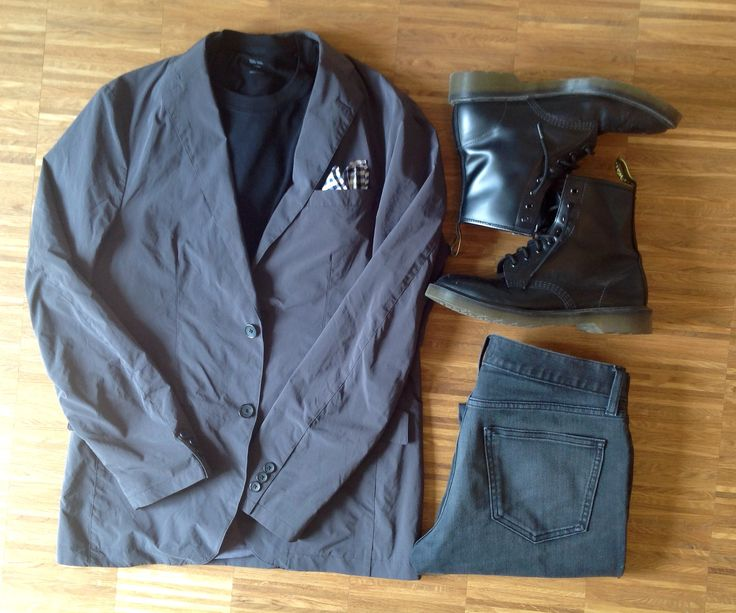 Light confort jacket with black t-shirt and jeans from uniqlo + Dr. Martens boots.