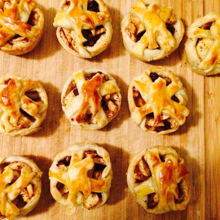 Kleine suikervrije appeltaartjes: 8 bladerdeeg plakken, 3 appels, kaneel, oerzoet, rozijntjes. Muffinbakplaat.  Snijd de appels in stukjes en met met de rozijnen en kaneelsuiker. Leg in elk muffinbakje twee strookjes bakpapier gekruist. Snijd de bladerdeeg door de helft en bekleed de muffinbakje hiermee, vul met het appelmengsel, snijd van het over gebleven bladerdeeg kleine sliertjes en verdeel die over de taartjes. Met figuurtje met een kleivormpje kun je het decoreren.  225* +-20 min in…
