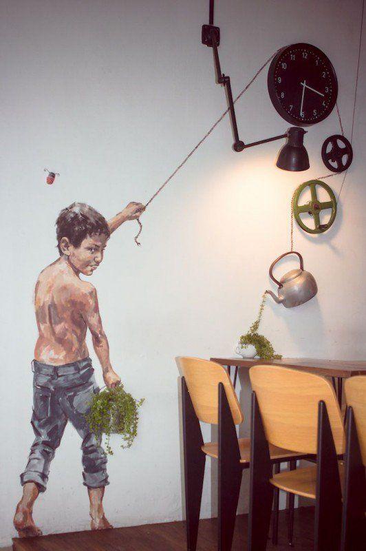 Dentre os destaques de sua obra, estão as crianças travessas se divertindo em bicicletas e motocicletas, subindo em cadeiras ou se pendurando no alto de prédios apoiando nas janelas proporcionais ao tamanho que são desenhadas. Aprecie mais do trabalho do artista em Zachas.