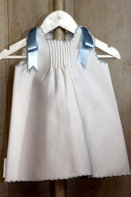 Vestido de bebé niña en piqué blanco con presillas