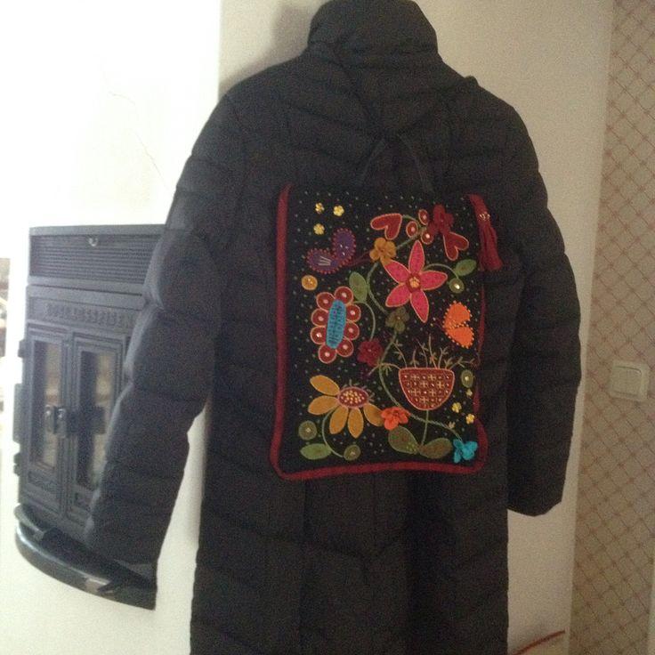 En påse att ha på ryggen eller i handen #yllebroderi #kläde #pärlor #paljetter #backpack #bag #väska #ryggsäck