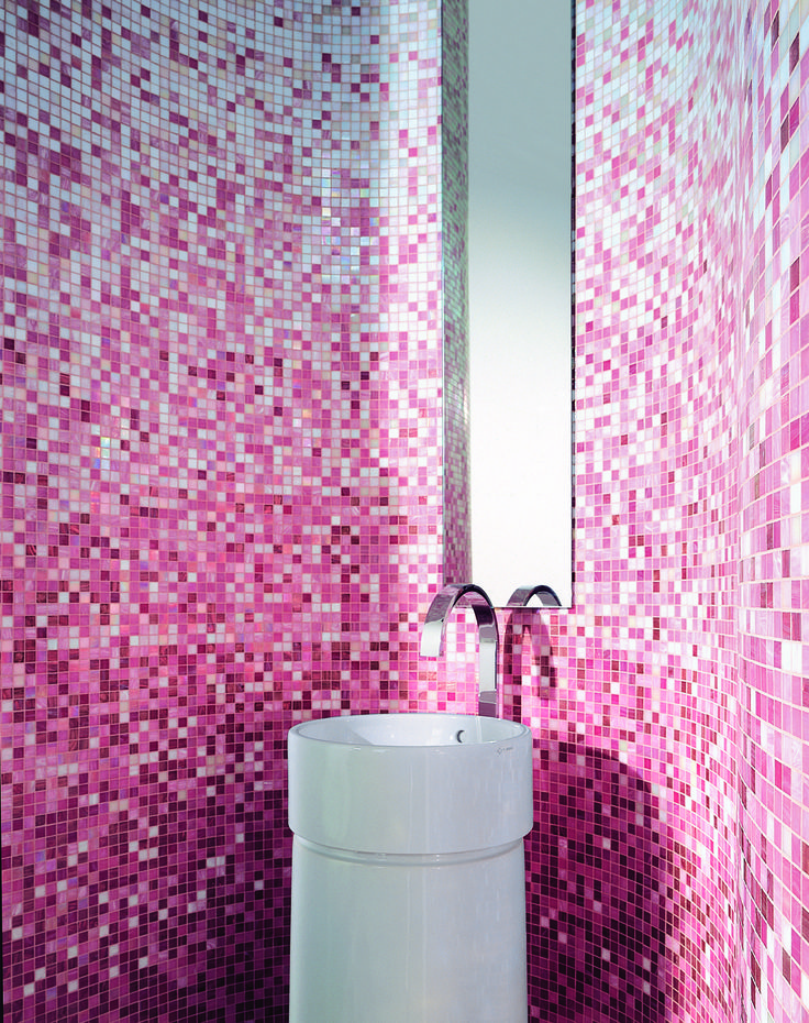 Bisazza mosaics shading blends in pink tones home - Bisazza mosaico bagno ...