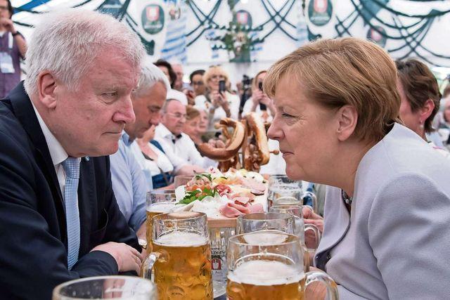 Bierernst im Bierzelt: Der bayrische Ministerpräsident Horst Seehofer (CSU) und die deutsche Bundeskanzlerin Angela Merkel (CDU) sind mit ihrer Politik verantwortlich für den Aufstieg der AfD.