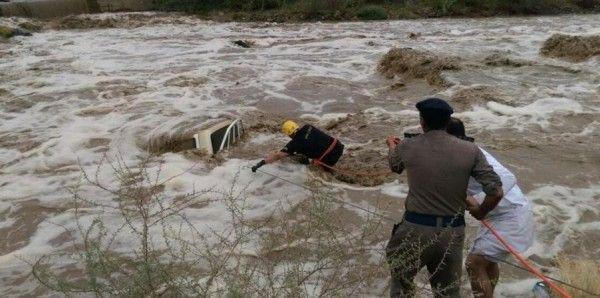 كارثة سيول السعودية تخرج الأفاعى من جحورها Civil Defense Bradley Mountain Defense