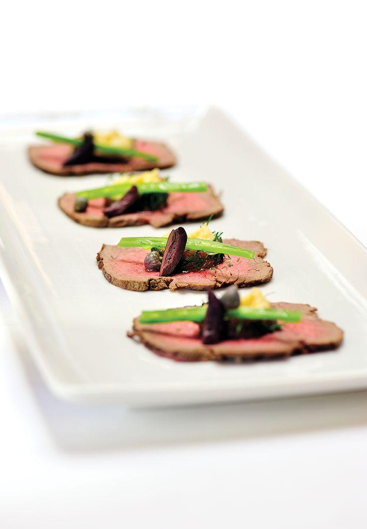 Gemarineerd roastbeef met hummus van kikkererwten en ansjovis, kappertjes en zwarte olijfjes